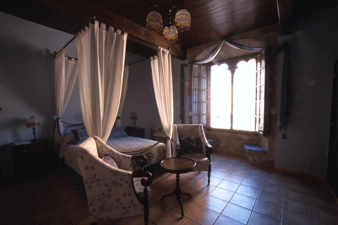 En la suite Rubielos, podrá disfrutar de un descanso merecido a la altura de un palacio.